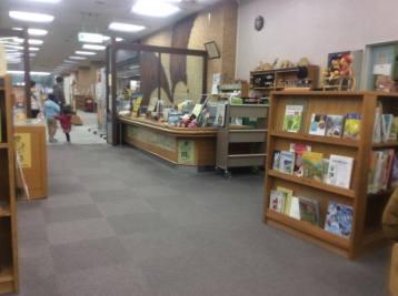 Meja informasi, di sinilah kita bisa membuat kartu perpustakaan dan meminjam buku